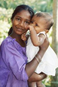 インド女の子と赤ちゃん